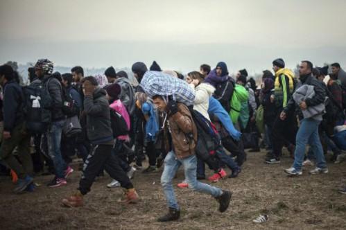 Refugiados dirigiéndose a un campo de refugiado austríaco