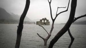 En 2002, el agua bajó tanto que podía incluso caminarse por su interior.