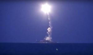 Imagen de uno de los barcos ruso de guerra lanzando misiles desde el mar Caspio
