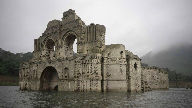 La iglesia de Quechula emergió ante la falta de agua en la represa de Nezahualcóyotl