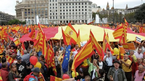 Catalanes en la plaza de Cataluña en contra de la independencia.