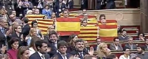 Los diputados no separatistas muestran banderas de España tras la aprobación de la resolución independentista