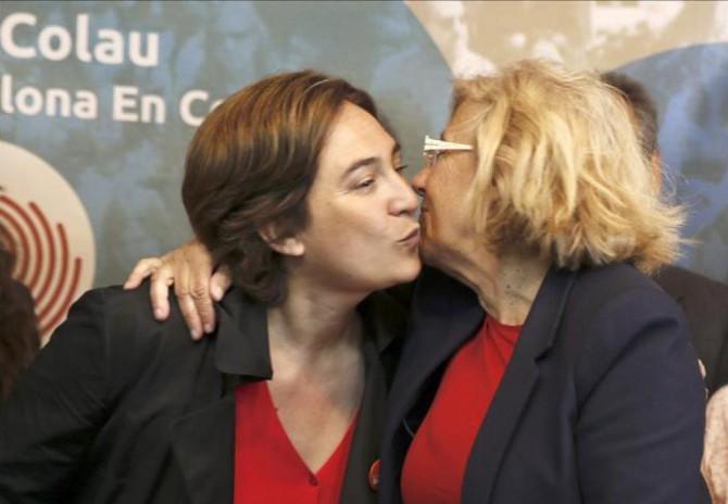 Ada Colau y Manuela Carmena se besan en un acto preelectoral.