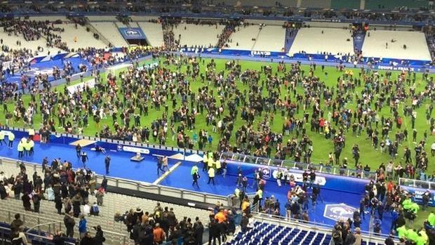 Los aficionados del Estadio de Francia aguardan en el césped