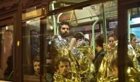 Jóvenes evacuados tras el ataque a la sala Bataclan de París