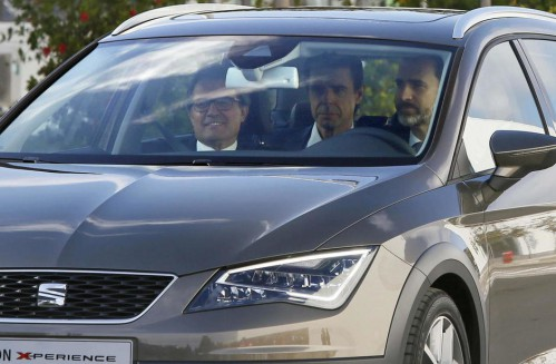 El rey Felipe VI prueba un Seat León con Artur Mas (izda) y José Manuel Soria (centro). Leer más: Independencia de Cataluña: Pactos vacíos, fotos de sofá y ninguna acción.