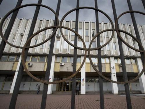 Una vista de la entrada a la sede del Comité Olímpico ruso en Moscú, con los cinco aros olímpicos.