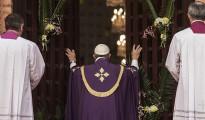 El Papa Francisco abre la puerta santa de la catedral de Bangui con motivo del Año de la Misericordia