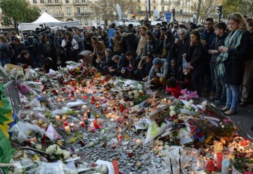 Velas, flores y oraciones para recordar a las víctimas del terrorismo en la sala Bataclan