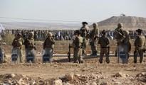 Gendarmes turcos vigilan ante el retorno de militantes del ISIS desde Siria.