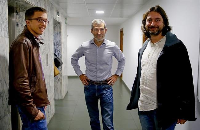 José Julio Rodríguez (en el centro) junto a Íñigo Errejón y Rafa Mayoral.