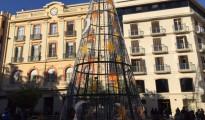 Una muy visible media luna acompaña al árbol navideño instalado en la plaza Constitución.
