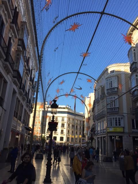 Motivos 'navideños' en la céntrica calle Larios