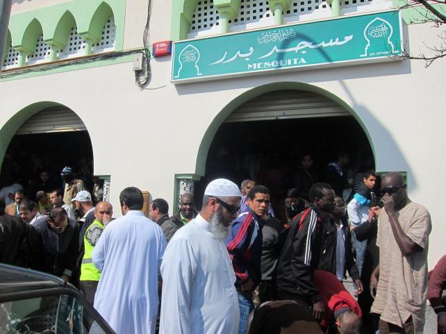 Musulmanes acuden al rezo en la mezquita de Tarrasa.