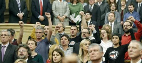 parlamento_catalan_puno_en_alto_0