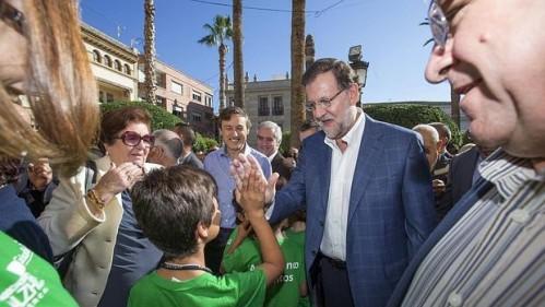 El presidente del Gobierno, Mariano Rajoy (2d),, con el portavoz del PP en el Congreso Rafael Hernando (c)
