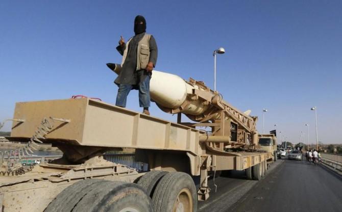 Un militante del ISIS durante un desfile militar en Raqqa, 'capital' del Califato en Siria (Reuters).