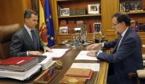 El Rey Felipe VI y el presidente del Gobierno, Mariano Rajoy (d), tratando la resolución independentista de Cataluña.