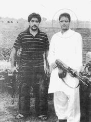 Shabaz con una metralleta.