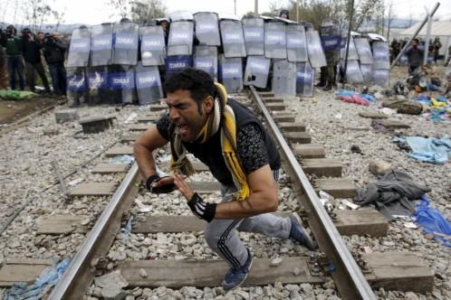 Enfrentamientos entre refugiados y policía en la frontera entre Grecia y Macedonia.
