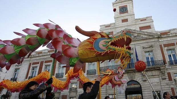 Desfile del Año Nuevo chino a su paso por la Puerta del Sol con destino la Plaza de España