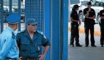 Dos agentes de las fuerzas de seguridad marroquí, en la frontera de Beni Enzar. Al fondo, policías españoles.