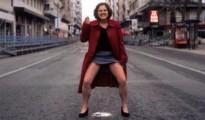 Agueda Bañón, dirigente de Podemos, orinando en plena calle