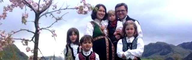 La familia Bodnariu con trajes típicos cuando estaban esperando el quinto bebé
