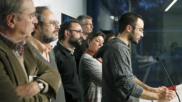 El diputado de la CUP Albert Botran (d), junto a los demás parlamentarios de su grupo