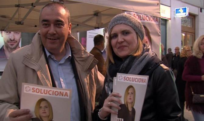 Desiré González y Armando Robles, cabezas de lista por SOLUCIONA al Congreso y Senado por Málaga, durante un acto electoral hoy en la malagueña calle Larios.