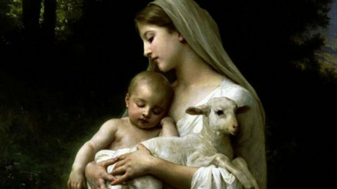 Una imagen clásica: la Virgen María con el niño Jesús y un cordero, símbolo del sacrificio al que su Hijo está destinado.
