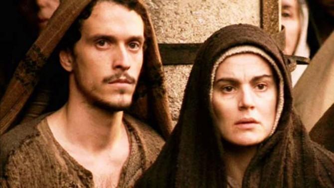 María, junto a uno de los discípulos de Jesús (escena del film La Pasión, de Mel Gibson).
