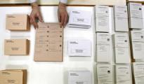 Mesa electoral con papeletas en las elecciones generales de 2011.