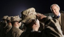 """El ministro de Defensa de España, Pedro Morenés, con las tropas españolas en la base """"Gran Capitán"""" de Besmayah, en Irak el pasado día 15"""