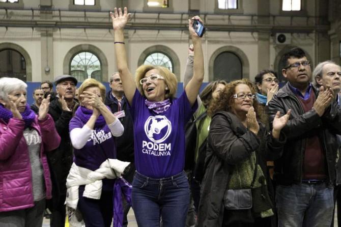 Seguidores de En Comú Podem celebran que los sondeos le adjudican la primera posición en Cataluña en la sede de Barcelona