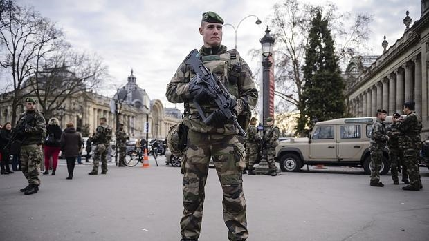 Soldados franceses que patrullan la Avenida de los Campos Elíseos en París