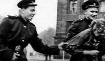 Dos soldados rusos acosan a una mujer alemana después de tomar Berlín.