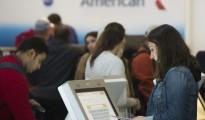 Pasajeros verifican sus vuelos de American Airlines el 23 de diciembre de 2015 en Arlington, Estados Unidos