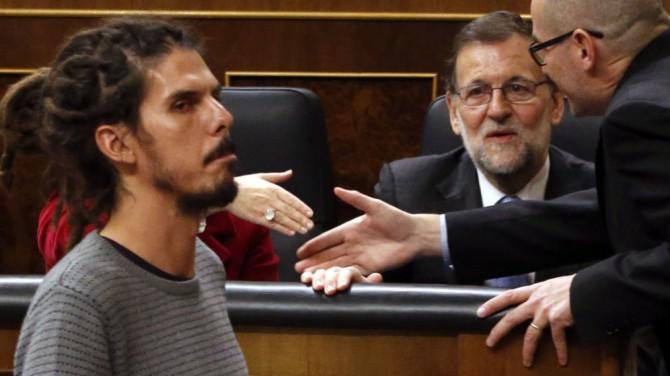 El diputado de Podemos Alberto Rodríguez pasa ante el presidente del Gobierno en funciones, Mariano Rajoy.