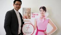Wattanapak Jinsirivanich, el director en Tailandia de la firma de cosméticos Seoul Secret , posa junto a un anuncio de un producto con colágeno