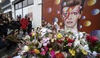 Fans del desaparecido cantante británico David Bowie, depositan hoy flores y dibujos en un altar improvisado en su lugar de nacimiento en Brixton, Londres (Reino Unido).
