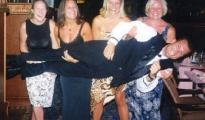 En esta foto se puede ver a Bruns, cargado por los pasajeros, mientras era camarero de crucero.
