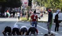 Varios musulmanes rezan en pleno centro de Bruselas