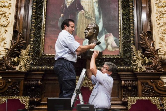 Operarios del Ayuntamiento de Barcelona retiran el busto del Rey