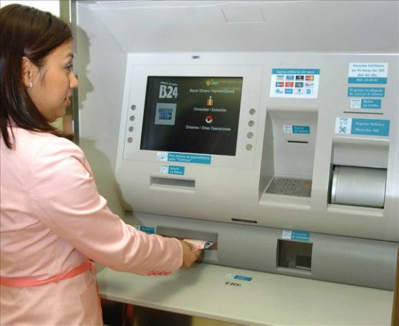 La banca comienza hoy a cobrar comisiones en los cajeros a for Banco galicia busca cajeros