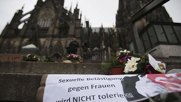 Carteles colocados ante la estación principal de Colonia, epicentro de las agresiones sexuales de Nochevieja