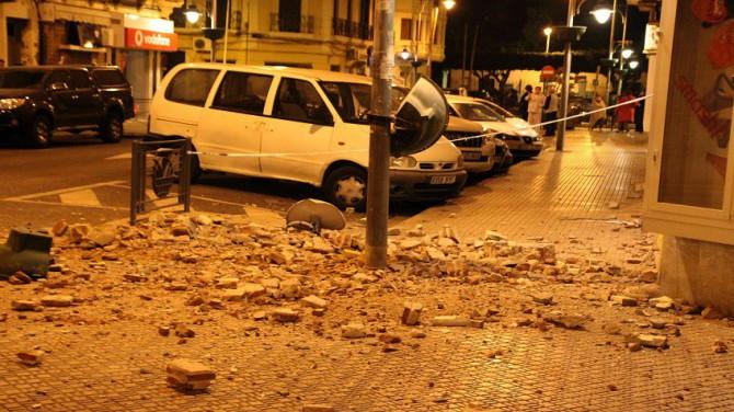 Cascotes de un edificio en una calle de Melilla.