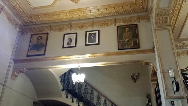 Interior del Casino Gran en Canals (Valencia) con las imáganes de Primo de Rivera y Francisco Franco junto a las de Juan Carlos I y Felipe VI