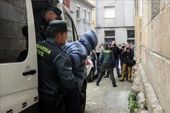 Uno de los dos hombres de nacionalidad croata detenidos por la muerte violenta del sacerdote Adolfo Enríquez, párroco de Vilanova dos Infantes (Ourense), en marzo de 2015, a su llegada al Juzgado de Celanova para prestar declaración ante el juez.