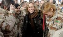 La fallecida ex ministra socialista de Defensa, Carmen Chacón, junto a un grupo de mujeres militares.
